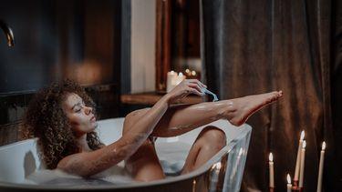meisje is aan het scheren in bad