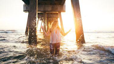 meisje in water met zon (alles dat je moet weten over sterrenbeeld Waterman)