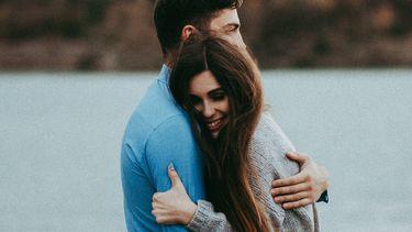 meet the parents / partners knuffelen elkaar innig