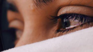 vrouw die aan het huilen is (puistjes)