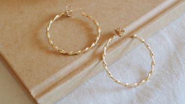 Gouden oorbellen (sieraden schoonmaken)