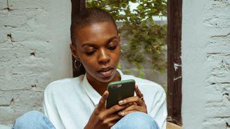 datingapps / vrouw kijkt op haar telefoon