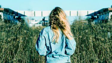 vrouw blond haar (zo gebruik je zilvershampoo voor het beste resultaat)