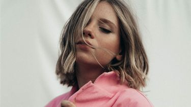 vrouw met kort haar - blow-dry haar