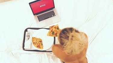 meisje op bed met pizza en netflix (Nieuwe datingshow op netflix wil je zien)