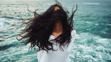 meisje met wild haar en water (dit probeert je hoofdhuid je te vertellen)