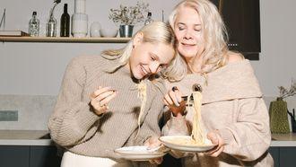 ouders / moeder met dochter in de keuken