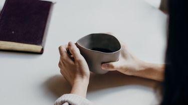 vrouw met kop koffie - awkward date