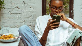 dating apps / meisje kijkt op haar telefoon