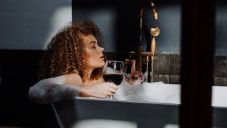 cadeaus / vrouw ligt in bad met wijn