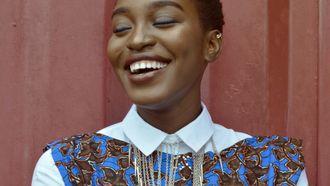 sterrenbeeld Weegschaal / vrolijk lachende jonge vrouw