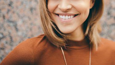 vrouw met witte tanden door make-up