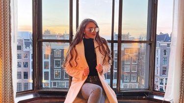 Marianna van Leeuwen op vensterbank zittend (deze bn'er doet mee aan het nieuwe seizoen van Love Island)