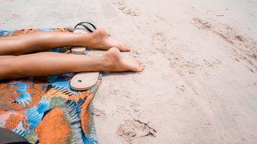 lichaamsdeel insmeren zonnebrand