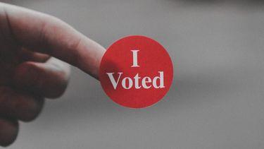 stikker met i voted (deze Instagram-accounts helpen je bij het stemmen voor de verkiezingen)