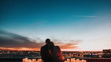 stelletje zit met kaarsen (romantisch, daten)
