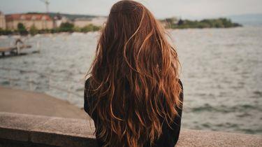 Meisje bij een pier (haaruitval)