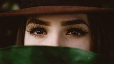 vrouw met hoed bij plant, ogen (6x zo word jij een pro in nepwimpers aanbrengen)