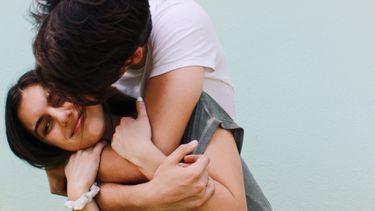 samenwonen / koppel knuffelt elkaar