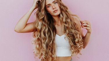 haar krullen / meisje met lang haar en krullen