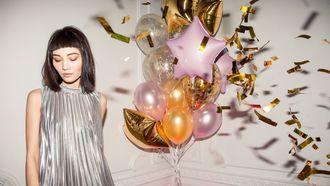 partytips / meisje in zilveren jurk met ballonnen