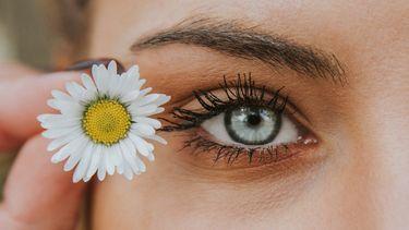 vrouw ogen met bloem (met deze tiktok hack ben jij zo van je wallen af)