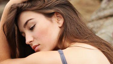 meisje in badpak op een rots (wallen)