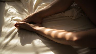 vrouw in bed (de beste seks speeltjes voor single ladies op Valentijnsdag)