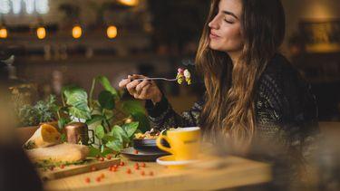 Deze dingen denk je wanneer je weer voor het eerst uit eten bent