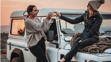 twee meiden met een auto en wijn vriendschap