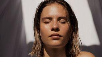 Vrouw met ogen dicht (grove poriën verkleinen - no make-up)
