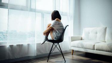 Meisje op een stoel (beter voelen)