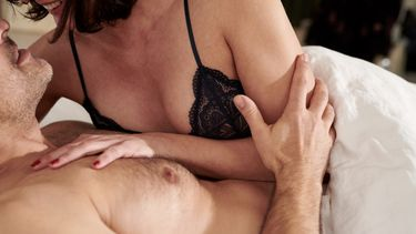 seksstandjes / man en vrouw liggen romantisch naast elkaar in bed