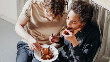 chocolade borrelplankje / koppel eet pannenkoekjes met chocolade
