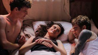 trio ligt in bed