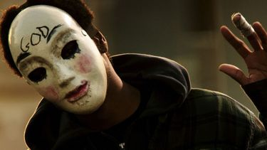 foto van persoon met masker op, the purge tv-serie trailer