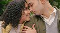 koppel kijkt elkaar verliefd aan in beginnende relatie