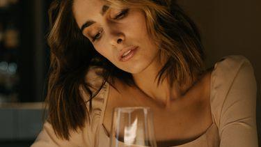 alleen voelen / vrouw staart naar glas wijn