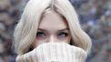 Blonde vrouw kijkt in camera( 10x dit herken je als je blond bent)