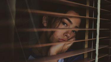 ghosten / meisje staat achter het raam