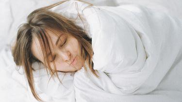 rommelig zijn / meisje ligt met verwilderde coupe in bed