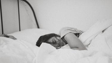 meisje in bed slapend( overnachten Bridgerton stijl)