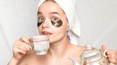 verse gemberthee / meisje met theepot en handdoek op haar hoofd