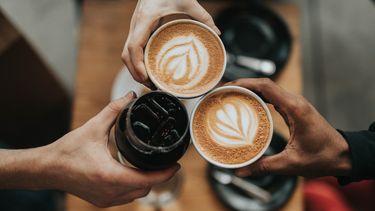 drie koffie kopjes proosten (De voor en nadelen van koffie drinken)