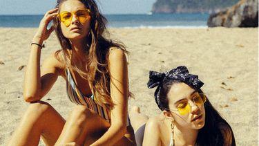 vakantiedagen / meisjes liggen op het strand
