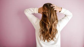 Vrouw met handen in het haar