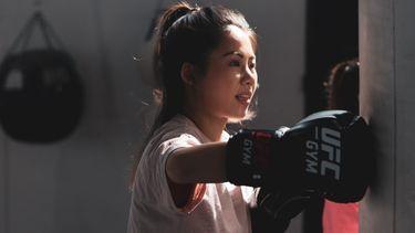 passende sport / meisje bokst in de sportschool